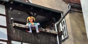 Puppe am Balkon