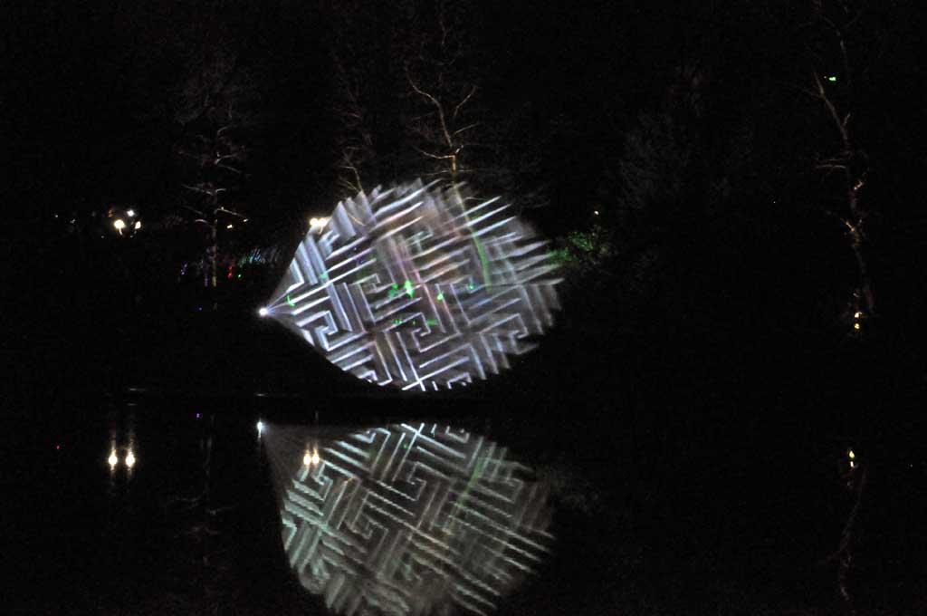 Lichtinstallation auf dem Wasser