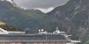 Kreuzfahrtschiff im Geirangerfjord