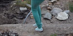 Mit Gummischuhen auf Wanderwegen
