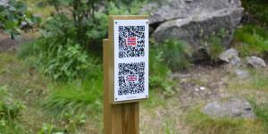 QR-Codes auf einem Wanderweg