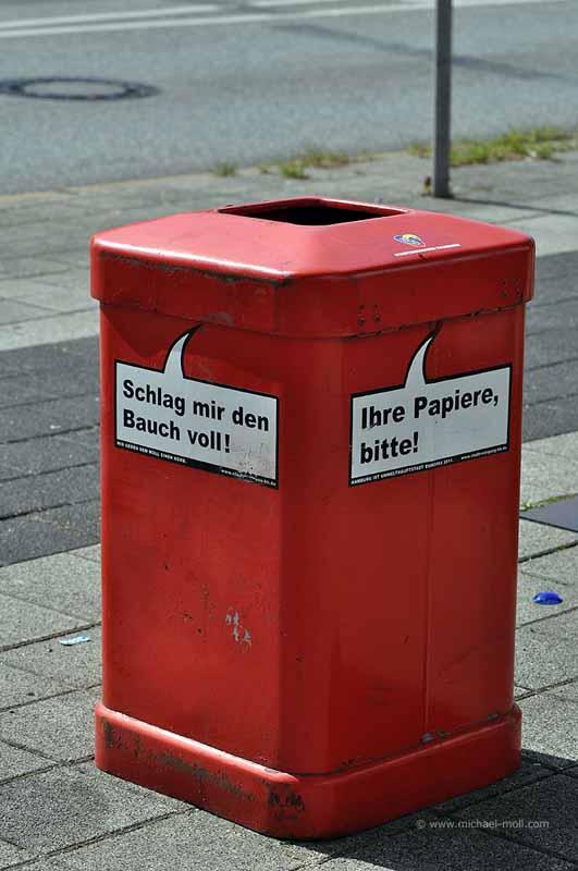 Rote Mülltonne in Hamburg