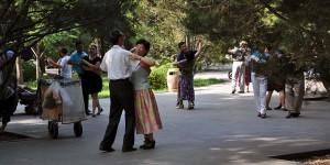 Paare tanzen öffentlich