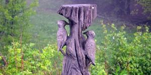 Spechte als geschnitzte Skulptur