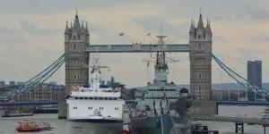 Tower Bridge und Museumsschiff