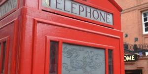 Britische Telefonzelle mit chinesischem Drachen
