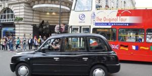 Taxi und Doppeldeckerbus
