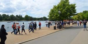 Am Ufer des Sees Serpentine