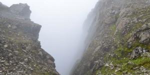 Tiefe Schlucht in Wolken