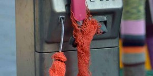 Telefonzelle mit Strickwaren