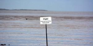 Schild im Wattenmeer