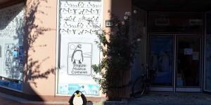 Pingu vor dem Pinguinmuseum