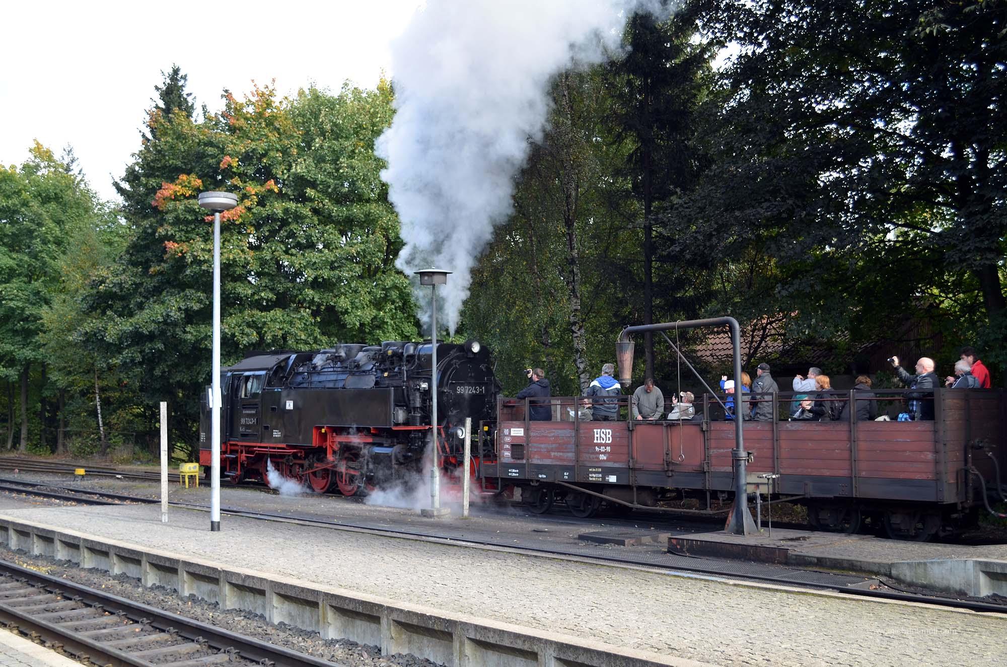 Touristen auf der Brockenbahn