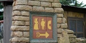 Selbst die Hinweise zur Toilette sind liebevoll detailliert