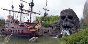 Piratenschiff mit Totenkopf