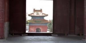 Blick durch einen Tempel