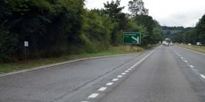 Hinweis auf eine Ausfahrt nach links