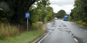 Parkmöglichkeit am linken Fahrbahnrand