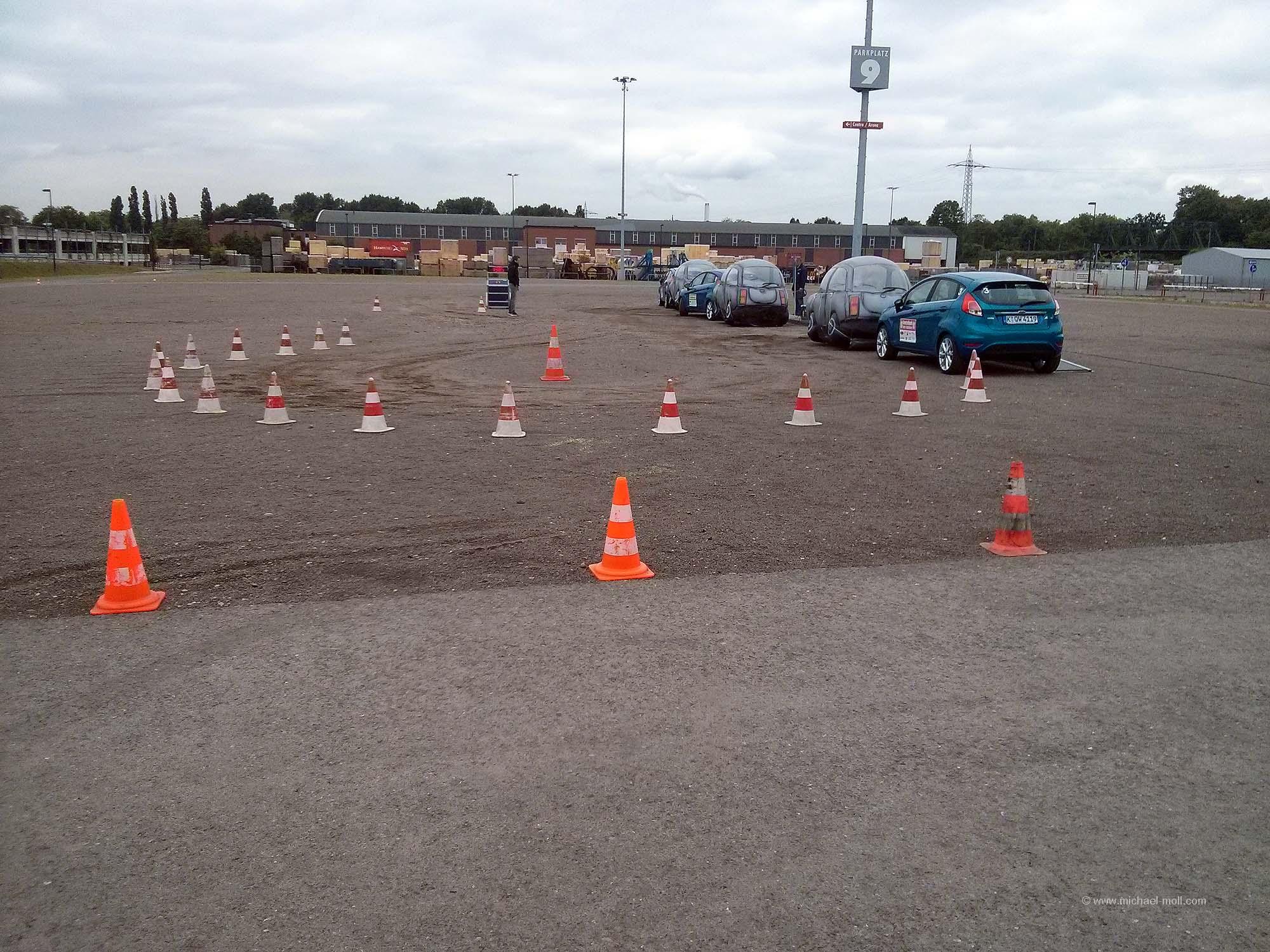 Einparken zwischen aufblasbaren Autos