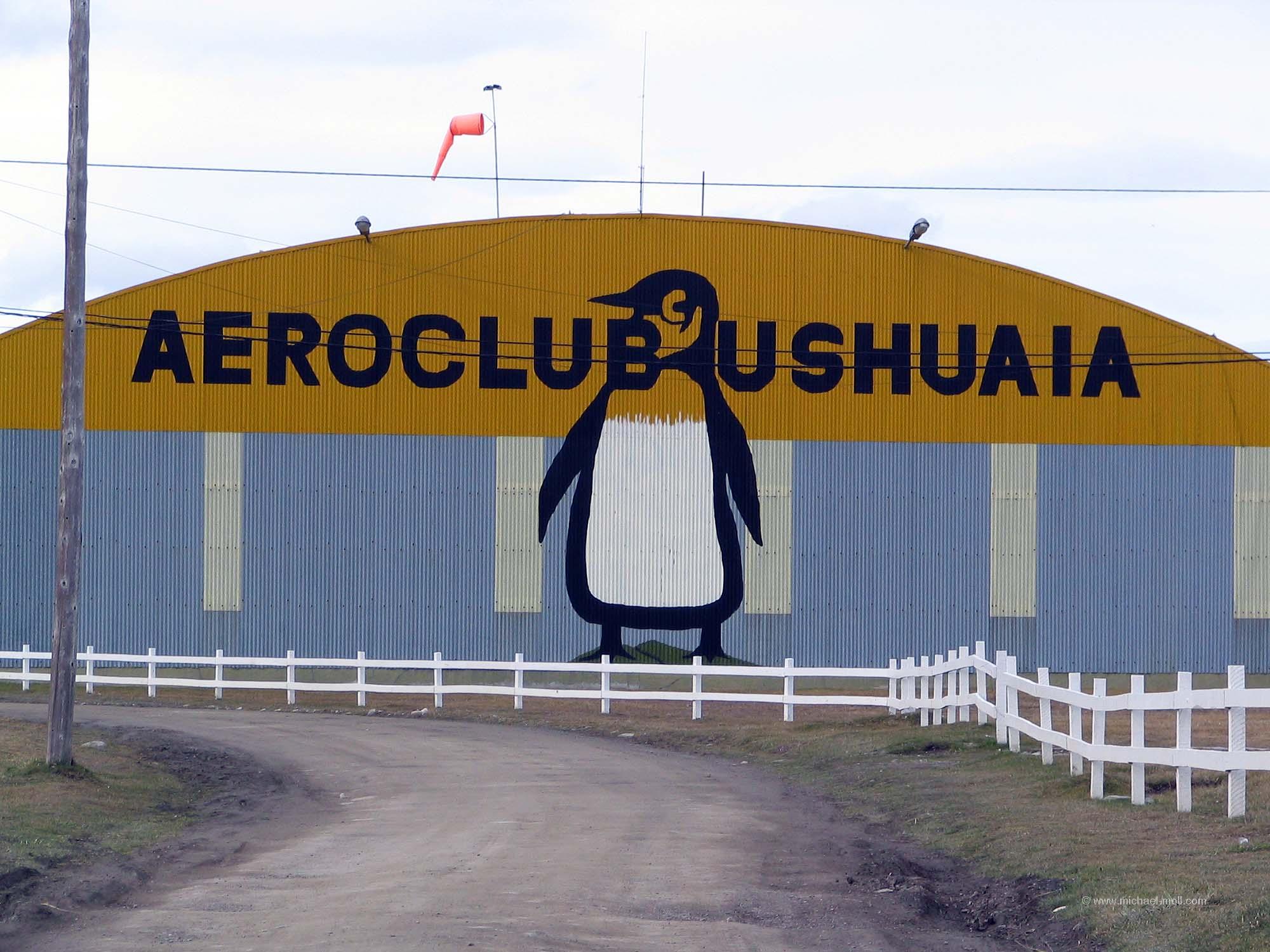 Flugzeughangar mit Pinguin