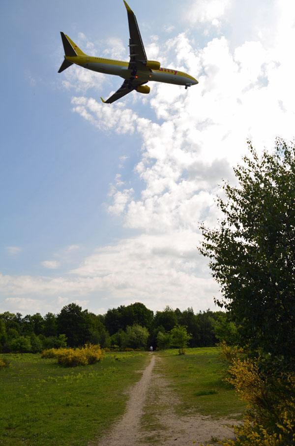 Flugzeug über einem Wanderweg