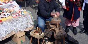 Holzschnitzer auf dem Ostermarkt