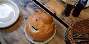 In dem Brot befindet sich eine Suppe