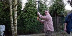 Michael Moll beim Holzhacken