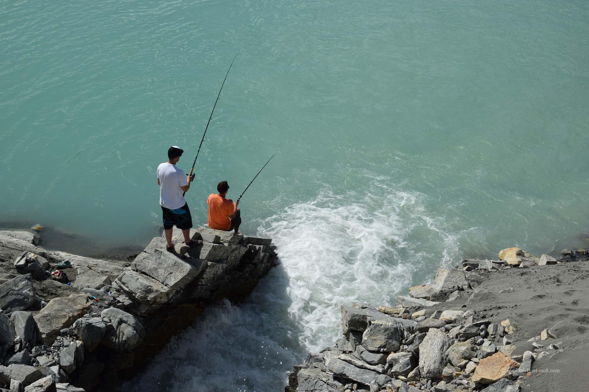 Angler am Wasserfall