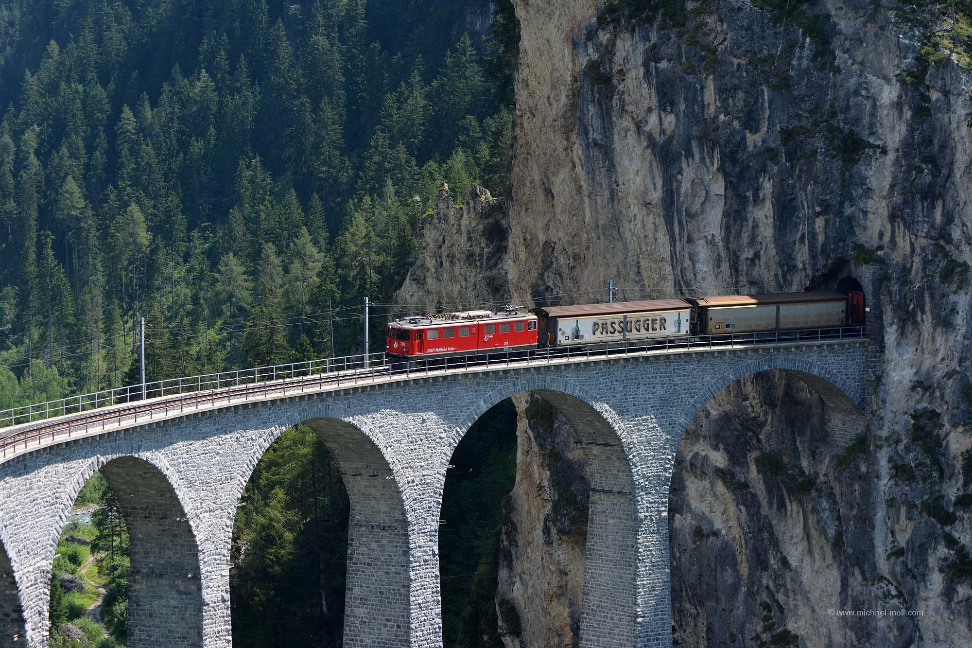 Der Zug kommt aus dem Tunnel