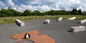 Pingu an der Markierung des höchsten Punktes
