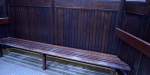 Breite Sitzbank im Fahrstuhl
