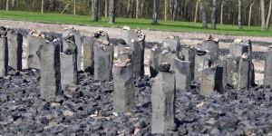 Steine auf jüdischen Stelen