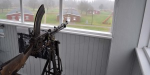 Maschinengewehr im Wachturm