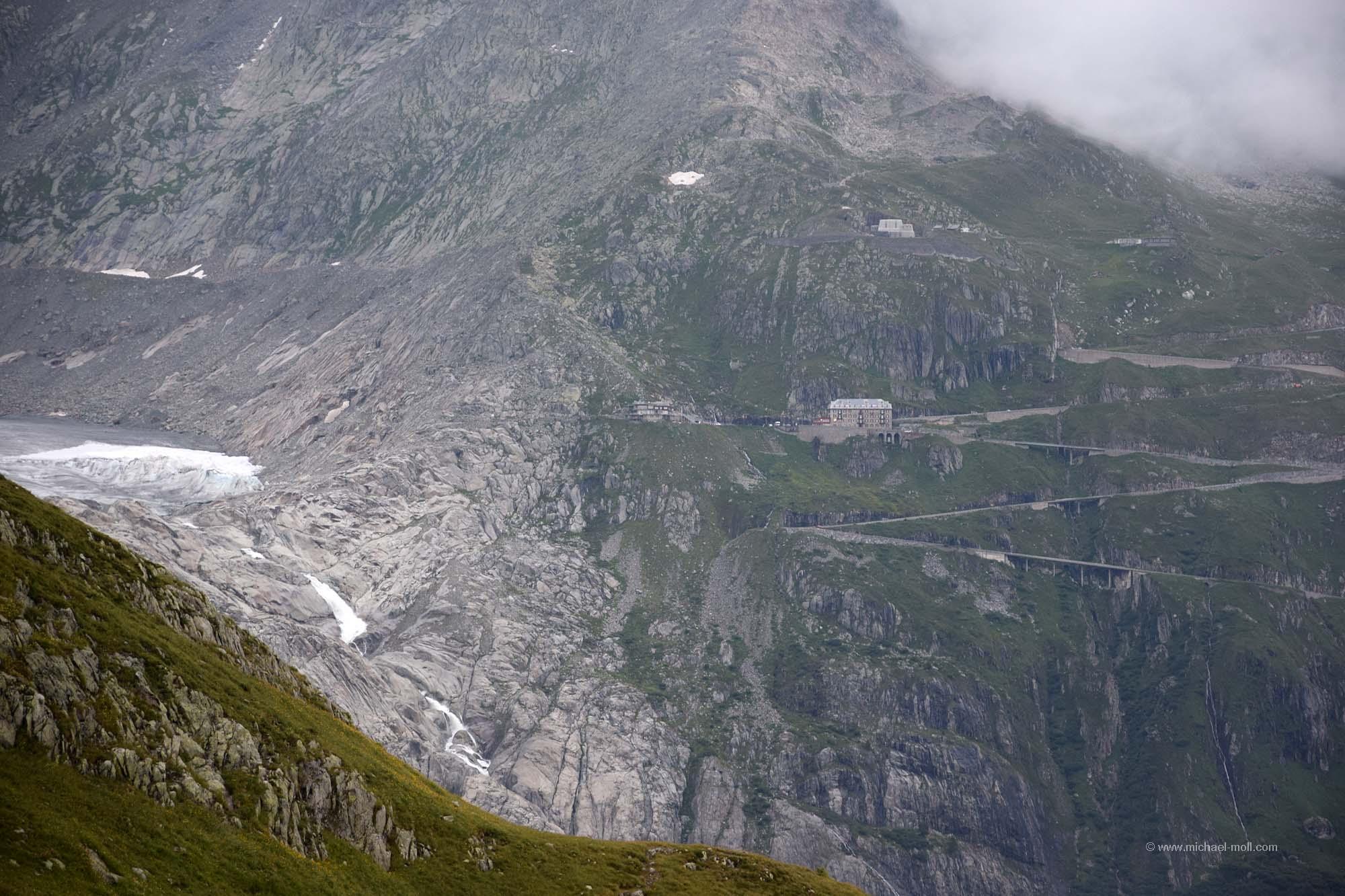 Links der Rhone-Gletscher