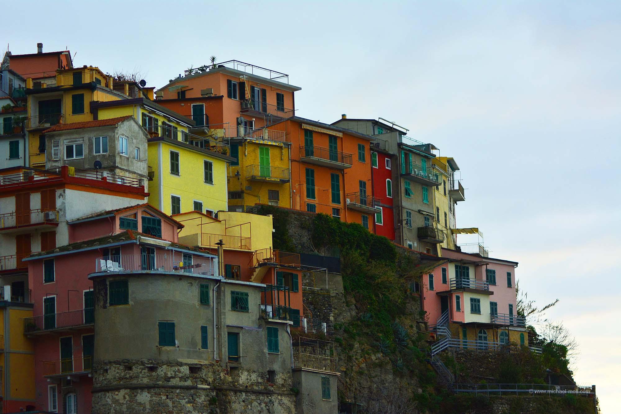 Bunte Häuser auf dem Fels