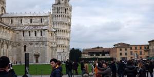 Touristen vor dem Turm