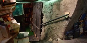 In die Kellerräume eines Antiquariats