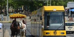 Straßenbahn überholt Kutsche