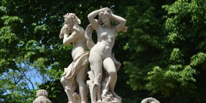 Skulpturen auf der Galerie