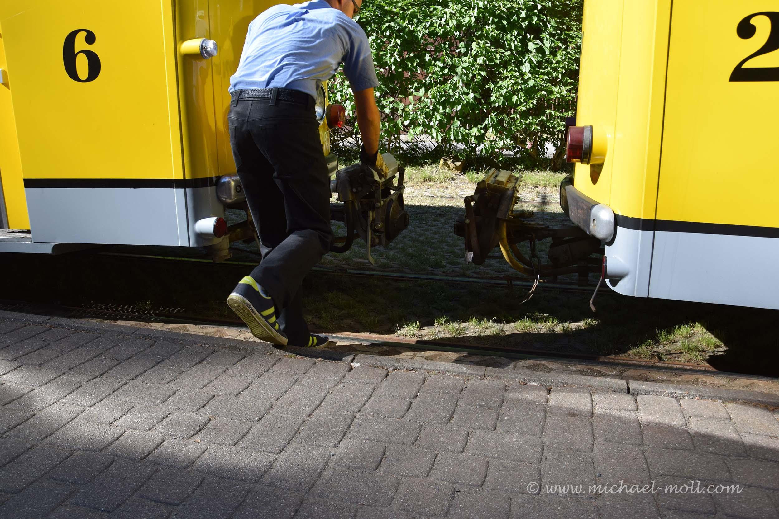 Der Straßenbahnfahrer koppelt die Wagen an