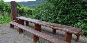 Hölzerne Rittertafel als Picknickplatz
