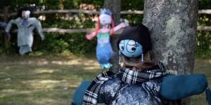 Übergroße Puppen im Park