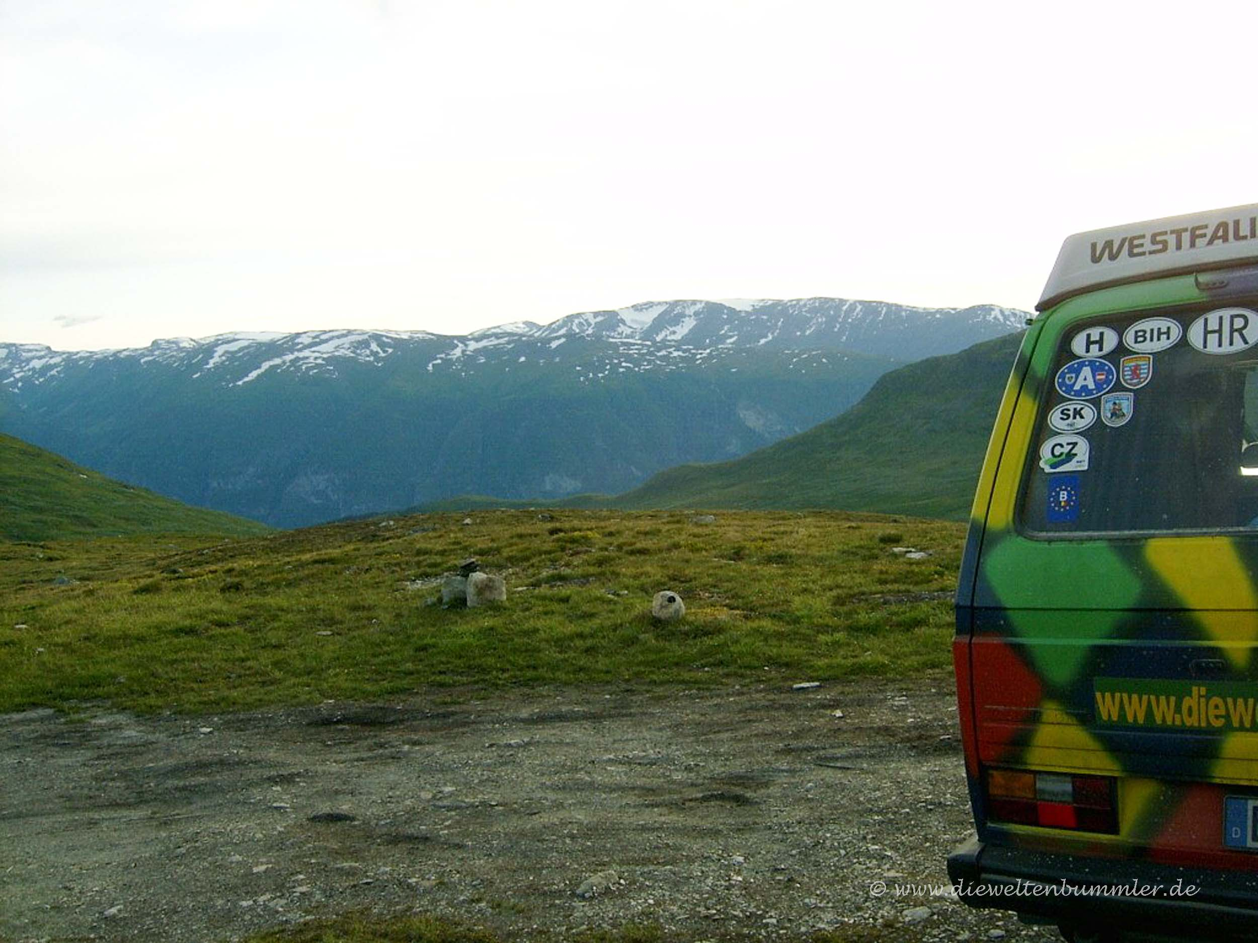 VW-Bus mit Nationalitätenschildern
