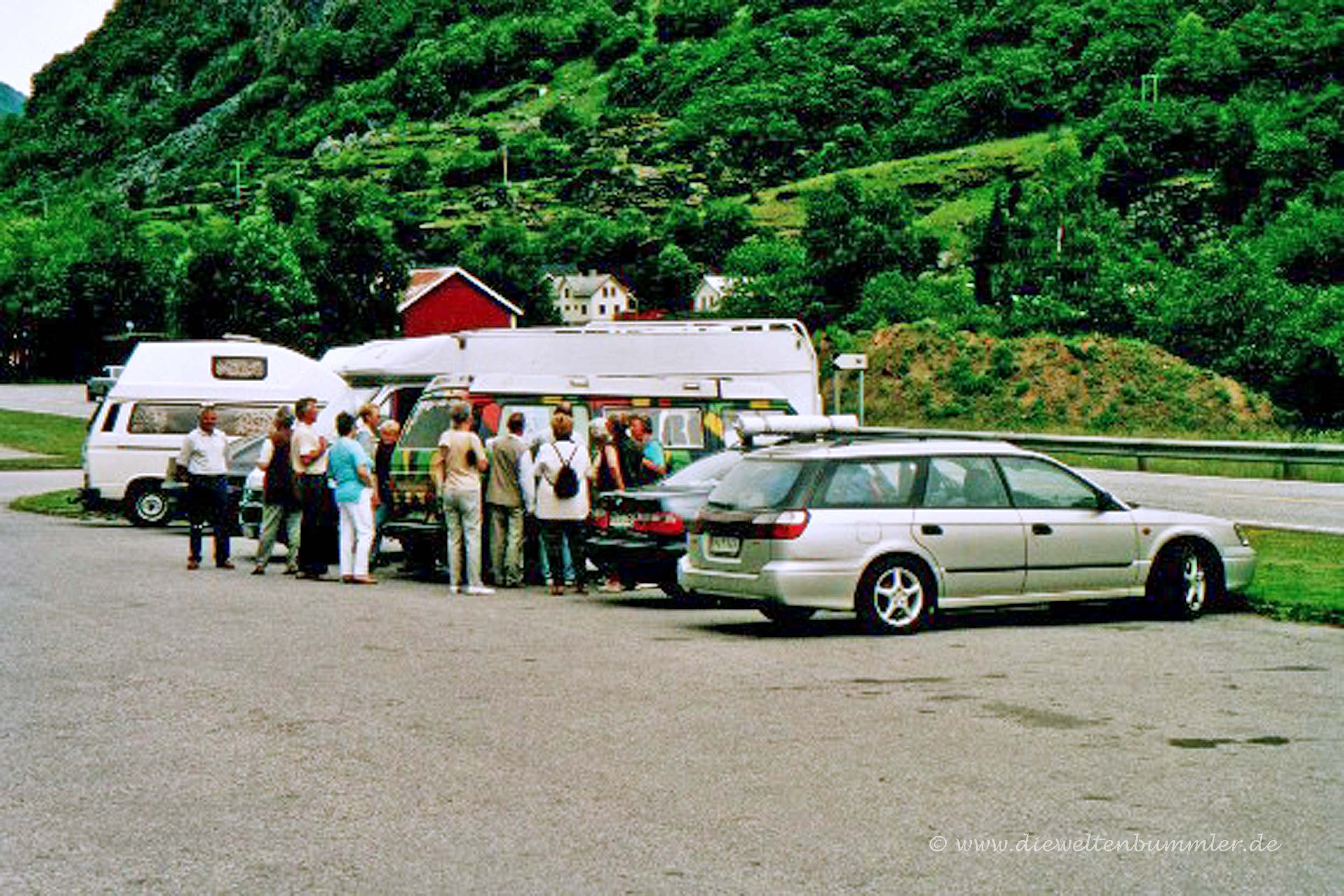 Touristengruppe an der Europakarte am VW-Bus