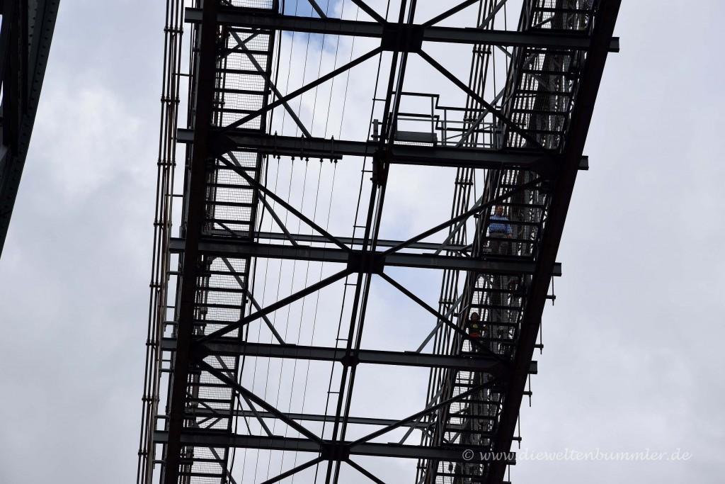 Personen auf dem Brückenträger