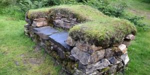 Sitzbank aus Steinen