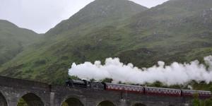 Dampflok auf dem Glenfinnan Viadukt