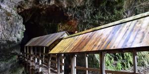 Holzbrücke in der Smoo Cave