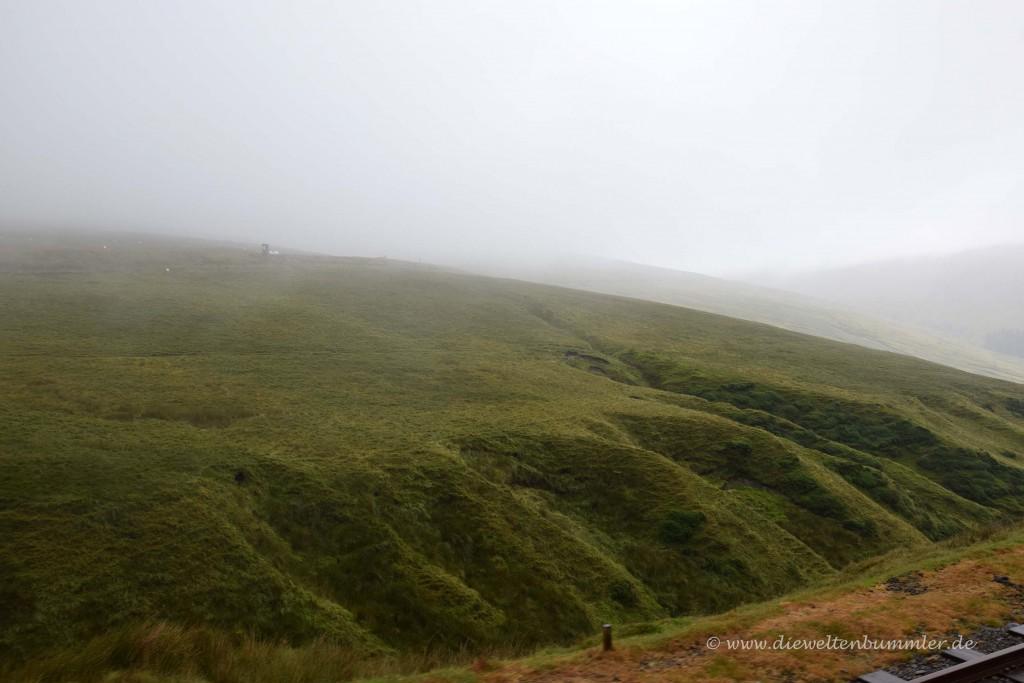 Nebelige Aussicht bei der Bergfahrt